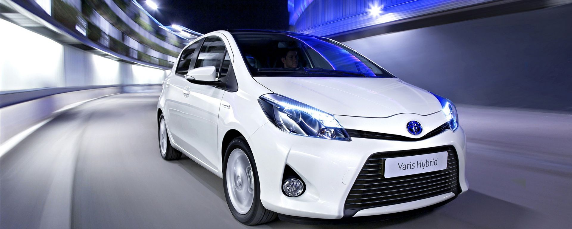 prova toyota yaris hybrid ora anche in video motorbox. Black Bedroom Furniture Sets. Home Design Ideas
