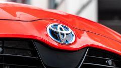 Toyota Yaris Hybrid 2020, il blasone sul cofano