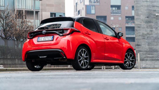 Toyota Yaris Hybrid, vista 3/4 posteriore