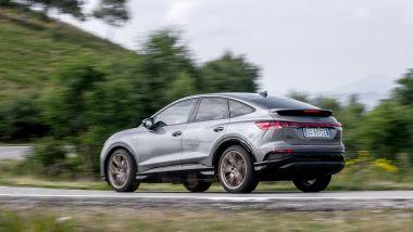 Tra le curve con l'Audi Q4 e-tron Sportback