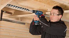 Trapano avvitatore a percussione Bosch GSB 18-2-Li Plus Professional all'opera nel legno