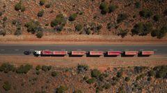 Trascina un autotreno da 110 tonnellate: l'impresa di Land Rover Discovery - Immagine: 8