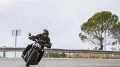 Triumph Bobber Black 2018: la prova su strada in video - Immagine: 11