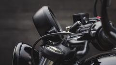 Triumph Bobber Black: la strumentazione in posizione sollevata