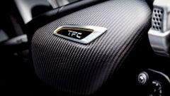 Triumph Bobber TFC 2020: le coperture in fibra di carbonio