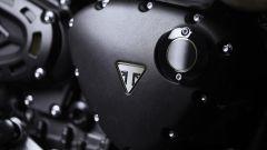 Triumph Scrambler 1200 Bond Edition, il logo nero e oro