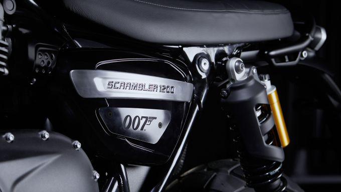 Triumph Scrambler 1200 Bond Edition, targhetta di 007