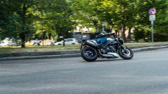 Triumph Speed Triple RS 2019: 3/4 posteriore in movimento