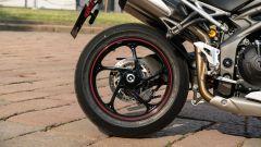 Triumph Speed Triple RS 2019: dettaglio del cerchio posteriore