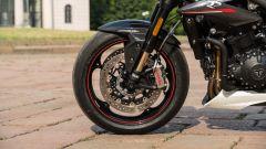 Triumph Speed Triple RS 2019: dettaglio della ruota anteriore