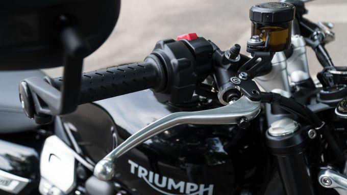 Triumph Speed Twin 1200: la leva del freno anteriore è regolabile