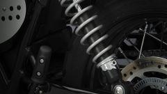 Triumph Street Scrambler: la sospensione posteriore regolabile nel precarico