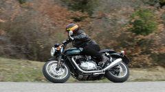 Triumph Thruxton, la vintage di Hinckley sembra uscita dagli anni '60 ma ha dotazioni tecniche da moto moderna