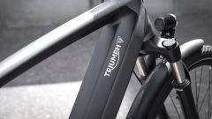 Triumph Trekker GT: il logo della casa sul piantone, dove si trova anche la batteria estraibile