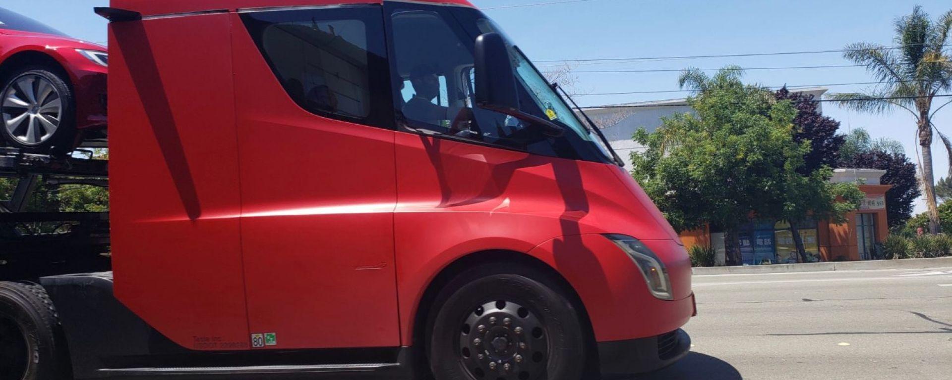Truck Semi: eccolo mentre trasporta alcune Tesla ai legittimi proprietari