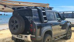 Tuning Nuova Land Rover Defender by Newdefendermods: scala, portapacchi e tendalino