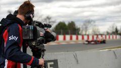 Un cameraman riprende le auto in pista nel corso dei test di Barcellona
