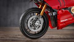 Un dettaglio della ruota anteriore della Ducati Panigale V4 R di Lego Technic