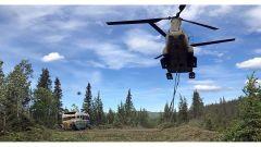 Un elicottero CH-47 Chinook si occupa di portar via il celebre bus che ha ispirato il film Into The Wild