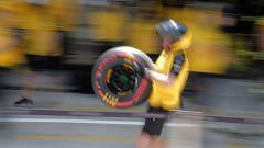 Un meccanico Renault porta una gomma Soft Pirelli