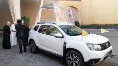Un momento della consegna della Dacia Duster 4x4 al Vaticano