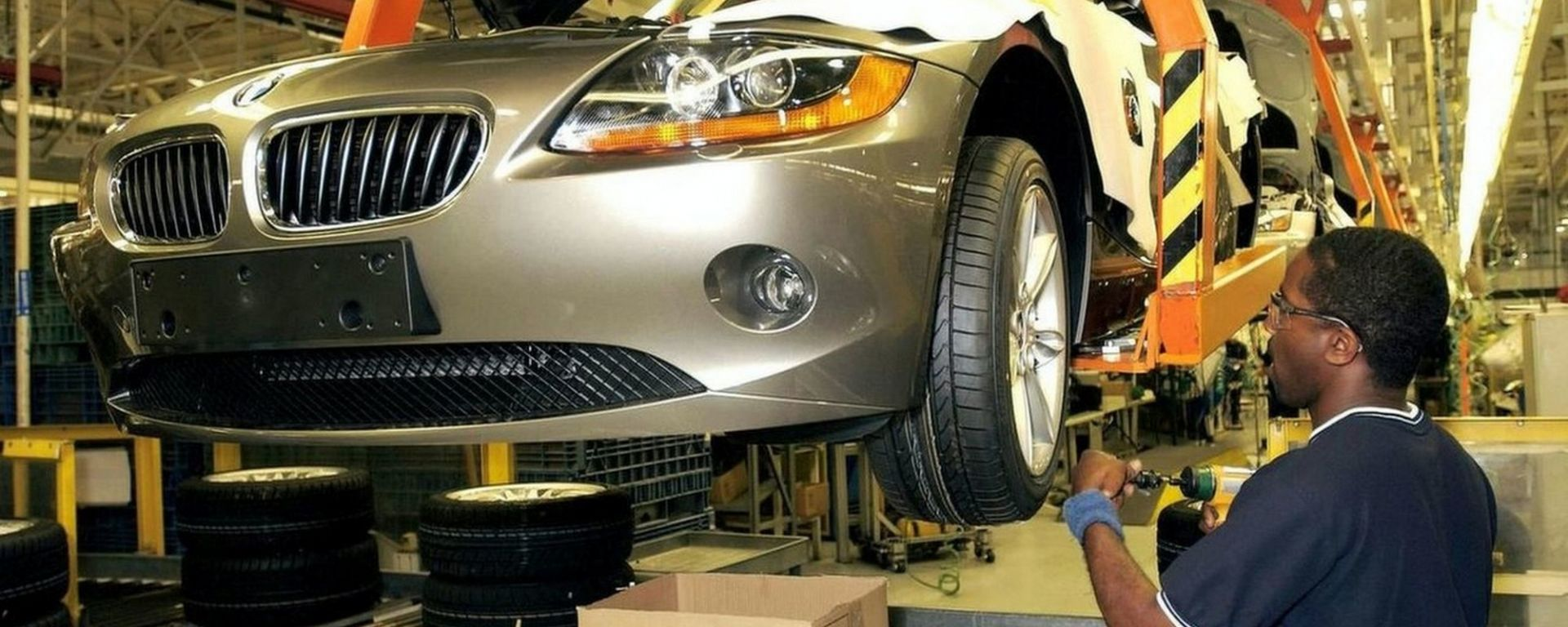 Un operaio nella fabbrica BMW di Spartanburg, South Carolina