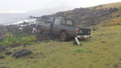 Un pickup distrugge una statua sacra dell'Isola di Pasqua