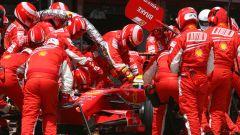 Un pit-stop della Ferrari di Felipe Massa a Barcellona nel 2007