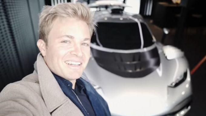 Un selfie per Nico Rosberg e la AMG One