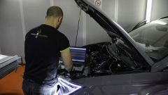 Un tecnico al lavoro sulla Cupra Ateca a metano di Ecomotive Solutions e Autogas Italia