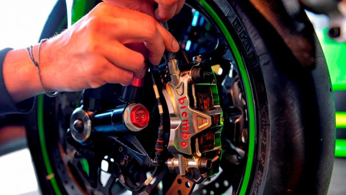 Un tecnico Kawasaki spurga un impianto frenante Brembo
