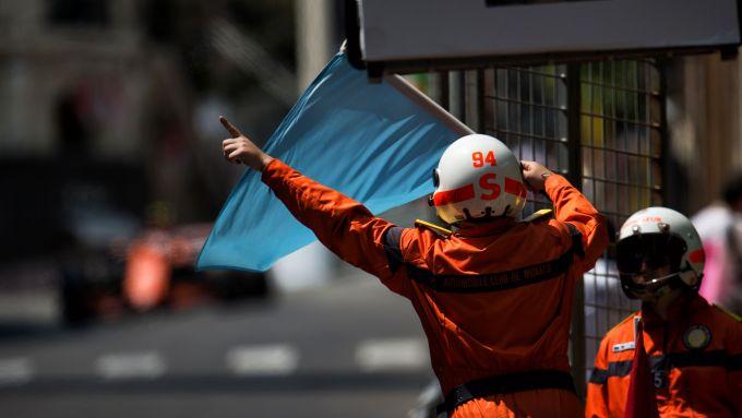 Una bandiera blu sventolata sulla pista di Monte Carlo