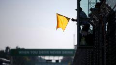 Una bandiera gialla sventolata in Formula 1