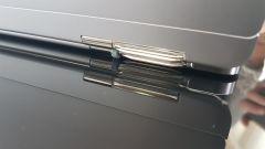 Una cerniera con gli ingranaggi in acciaio inossidabile, ispirato alla trasmissione delle Porsche