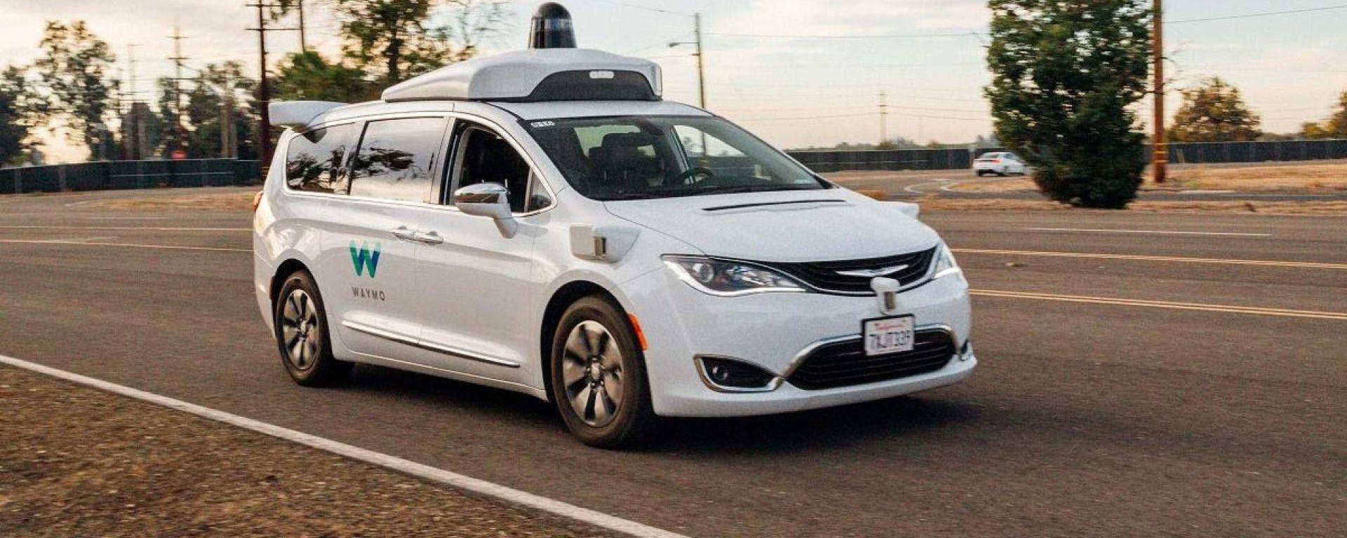 Una delle Chrysler Pacifica a guida autonoma di Waymo (Google)