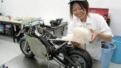 Una delle fasi di lavorazione della minimoto Honda NR 750