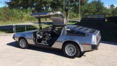 Una DMC DeLorean parcheggiata fuori dalla sede dell'azienda