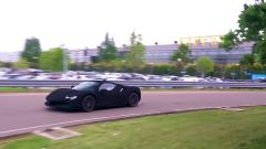 Una Ferrari SF90 Stradale più nera del nero esce dai cancelli di Maranello