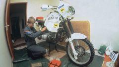 Una giovane Jutta Kleinschmidt mette a punto la sua moto BMW per la Parigi-Dakar