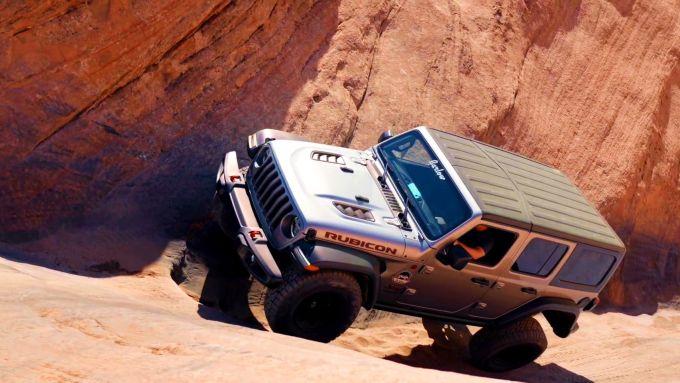 Una Jeep Wrangler Rubicon attraversa la Hell's Gate