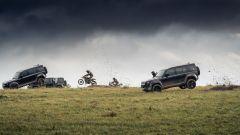 Una Land Rover Defender che saltano e scollinano