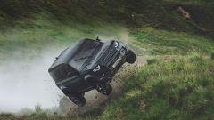 Una Land Rover Defender impegnata nello spot di 007