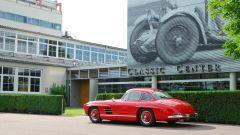 Una Mercedes 300SL davanti al reparto Mercedes Classic