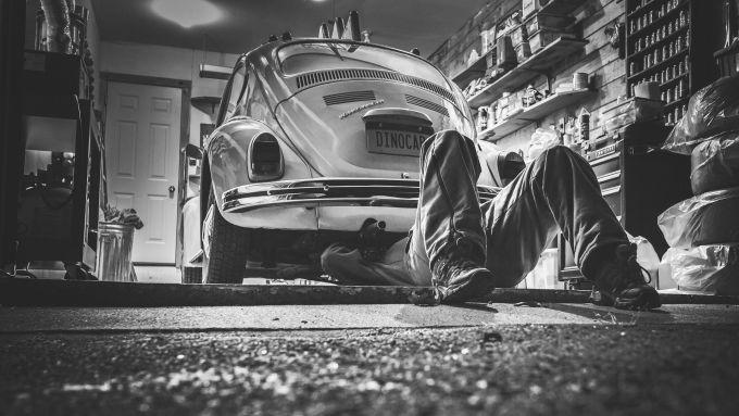 Una vecchia Volkswagen Maggiolino in officina - foto di Ryan McGuire, Pixabay