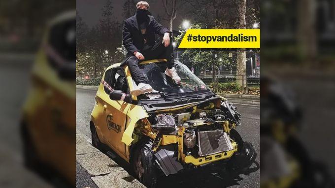 Una vettura di Sharengo vandalizzata