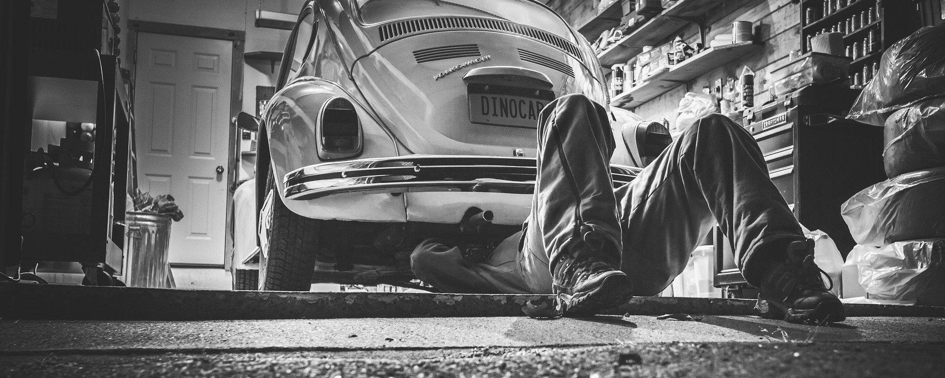Una Volkswagen Maggiolino dal meccanico - foto di Ryan McGuire, Pixabay