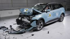 Un'auto dopo un test di sicurezza di Euro NCAP