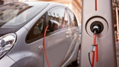 Un'auto elettrica in ricarica da una colonnina pubblica