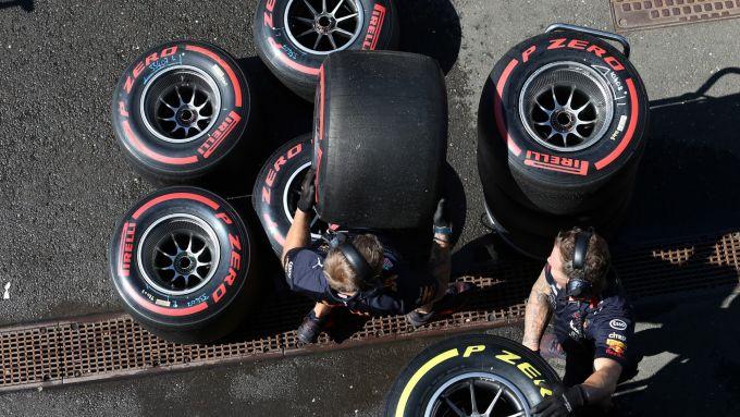 Uomini Red Bull alle prese con le gomme Pirelli