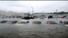 Uragano Harvey, in Texas sott'acqua quasi 500.000 automobili